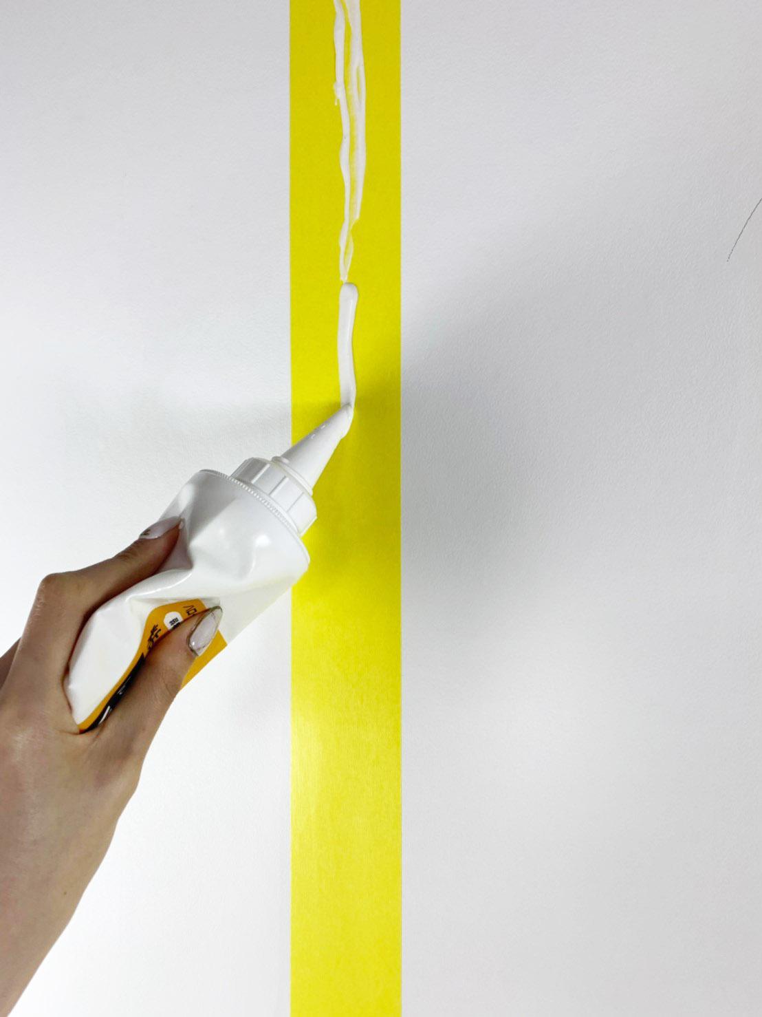 のりのチューブの先端を3mm程斜めにカットし、切り口を壁に沿わせてのりを塗っていきます。のイメージ2