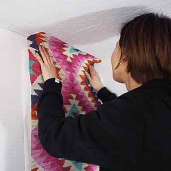 裏面からはくり紙を少しずつめくり、端から空気を抜きながら、貼り付けていきます。のイメージ1